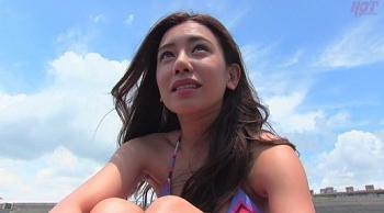 海にいる巨乳ハーフ美女